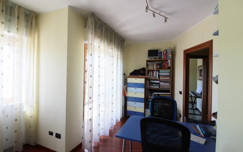 Appartamento di 3 vani + accessori con giardino in parco