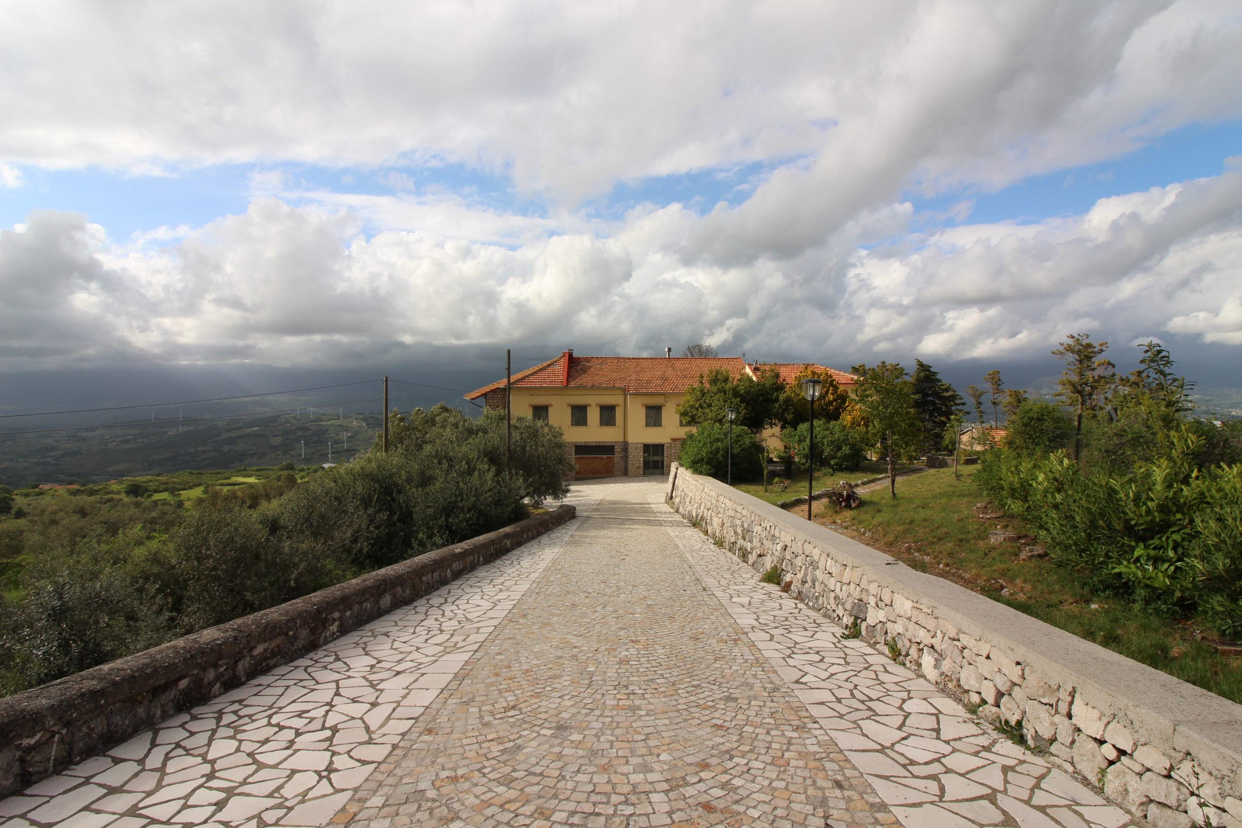 Vendesi casale ristrutturato immerso nel verde di oliveti e pini in località Postiglione (SA)